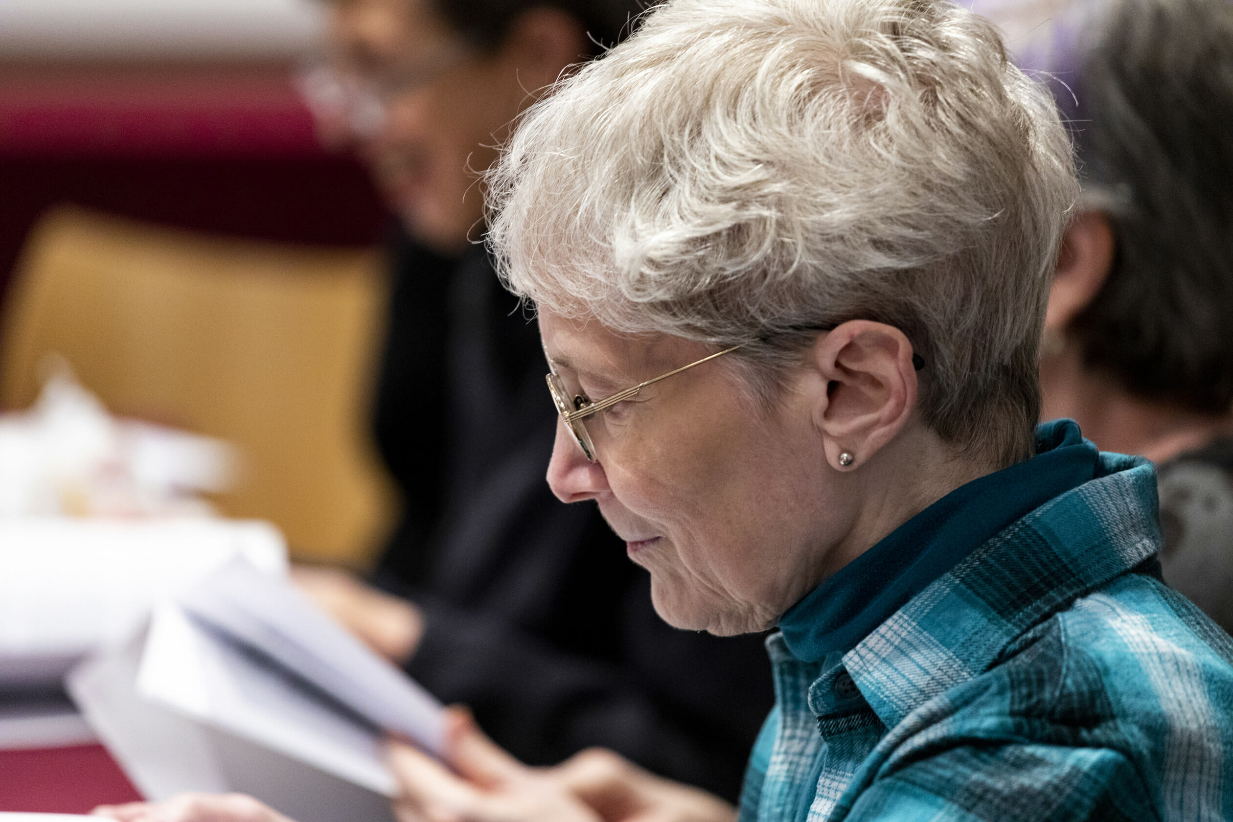 older woman reading papers at b'nai jeshurun service