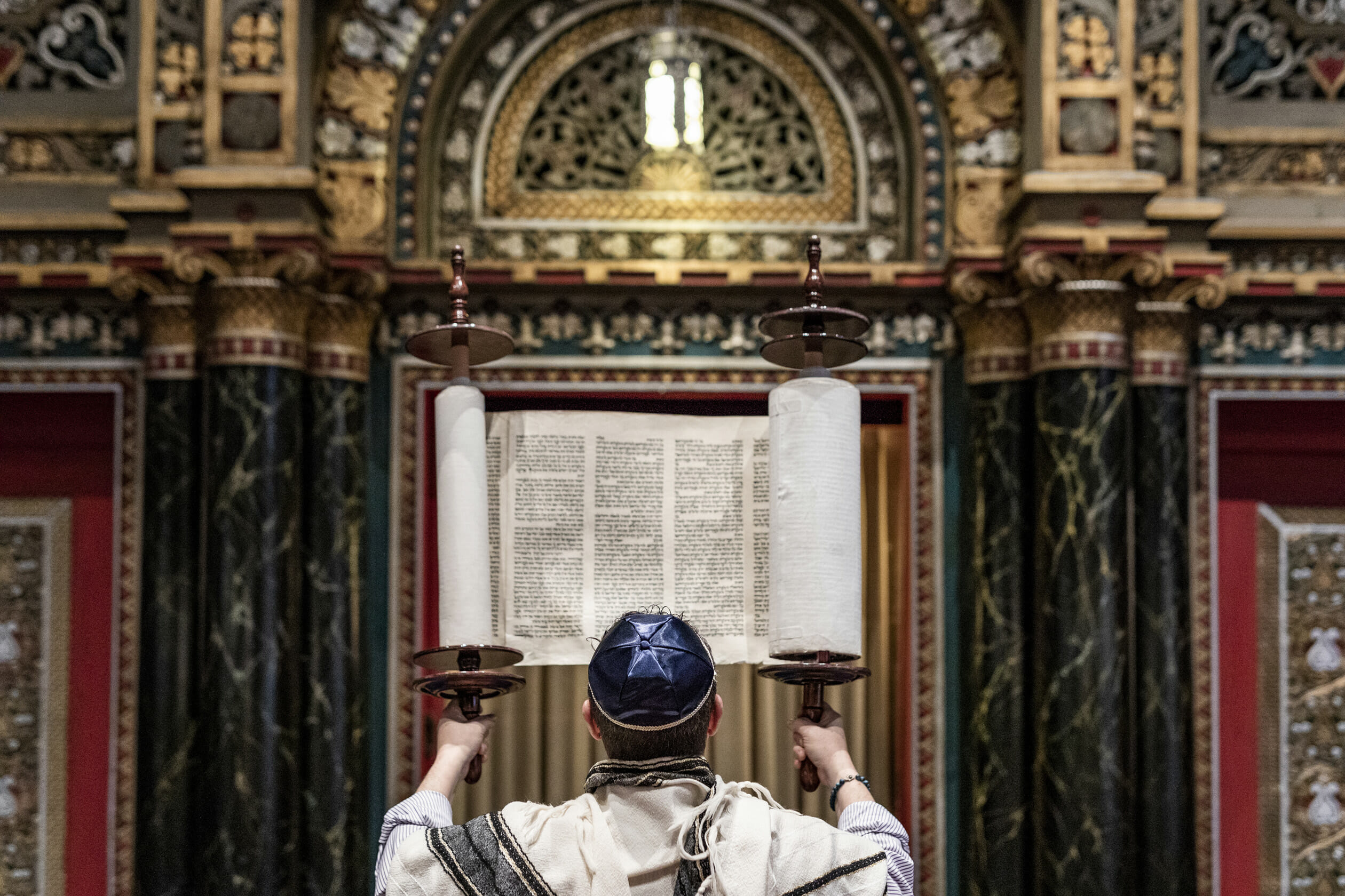 rabbi reading from torah