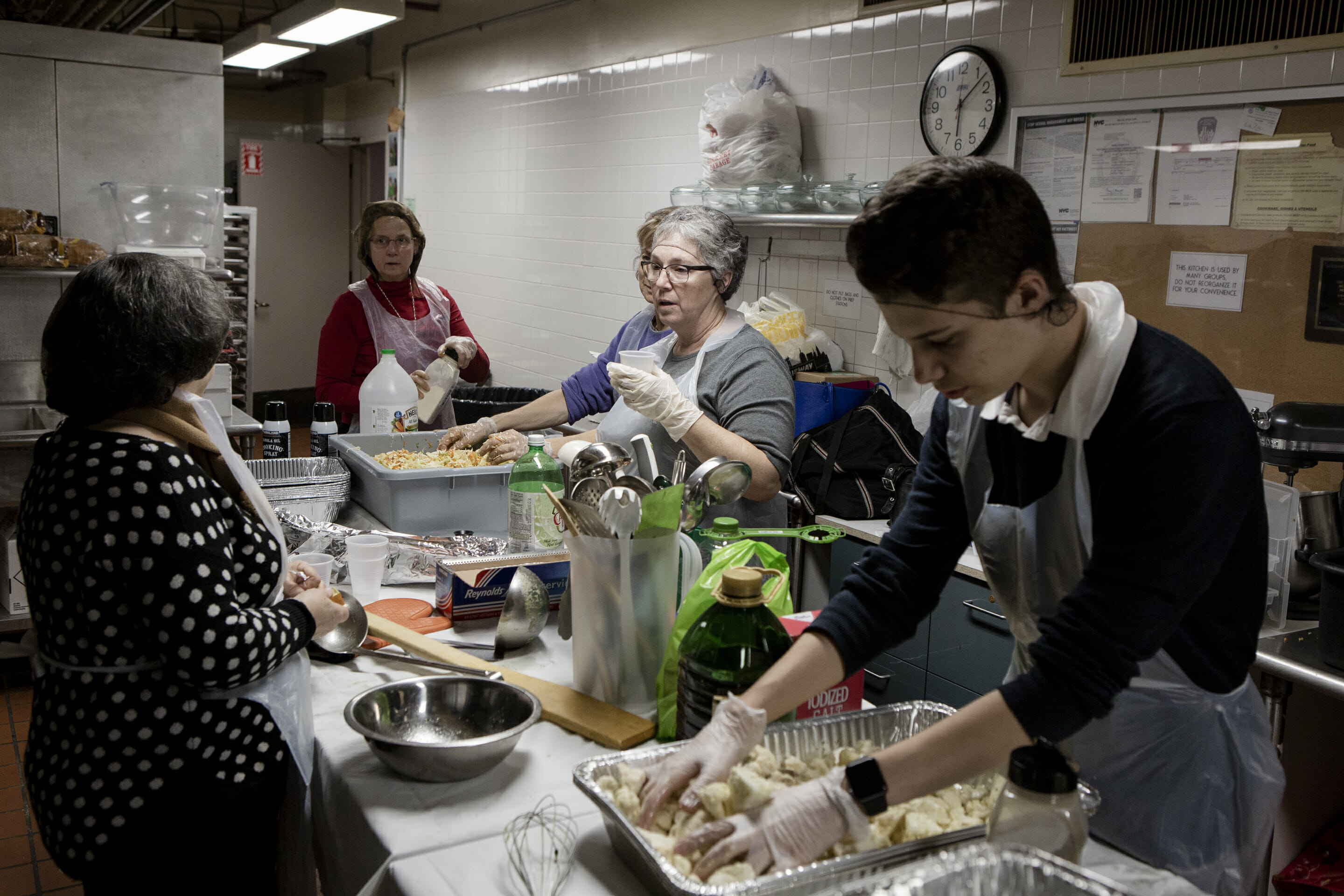 b'nai jeshurun members prepping food